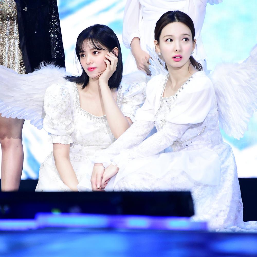 Nayeon (Twice) gây chú ý với hành động dành cho Jungyeon tại concert online Nhật Bản