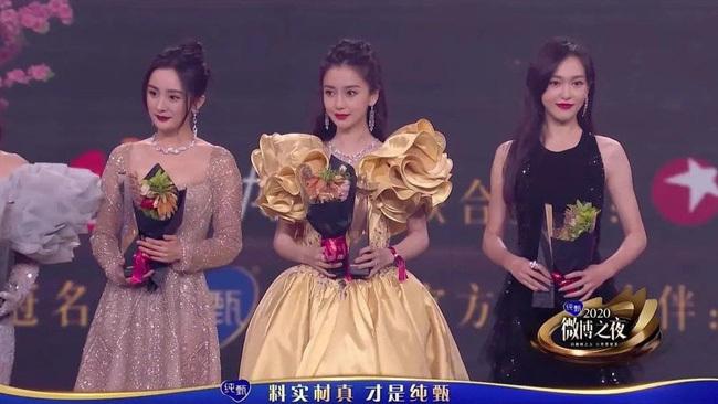 Đêm hội Weibo: Dương Mịch – Đường Yên đứng chung sân khấu nhưng tiếp tục lơ nhau