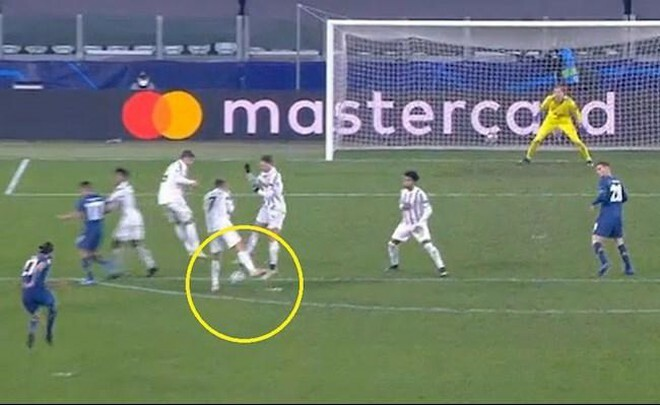 Ronaldo bị chê không biết phòng ngự khiến Juve dừng bước