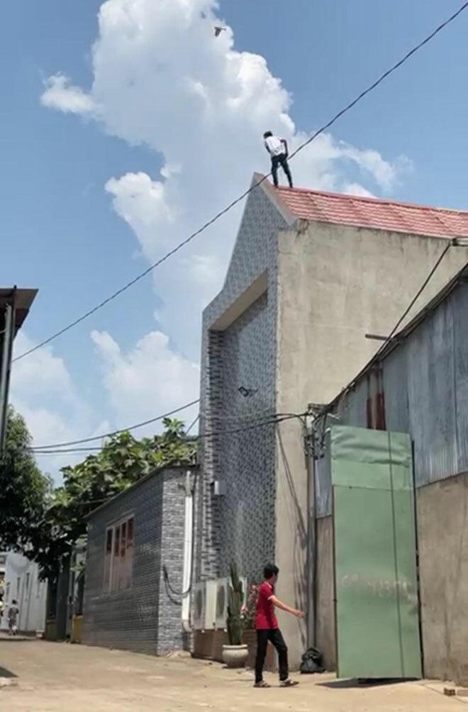 """Giữa trưa nắng như đổ lửa, thanh niên leo lên nóc nhà """"tìm sóng điện thoại"""""""
