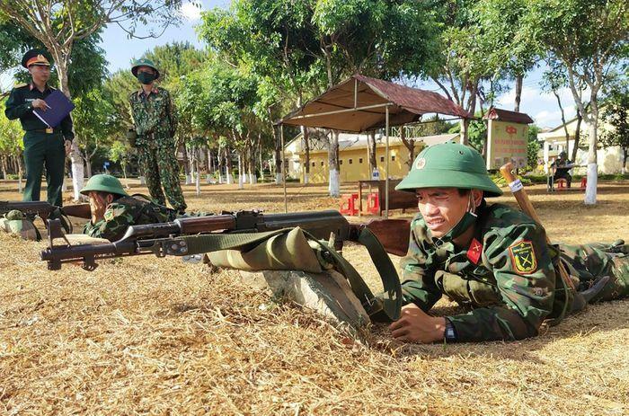 Cán bộ đồng hành, giúp chiến sĩ mới vượt khó