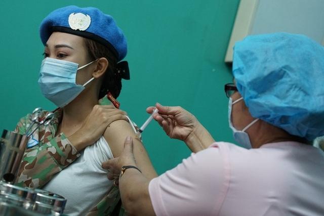 """Bác sĩ """"mũ nồi xanh"""" gìn giữ hòa bình bệnh viện dã chiến được tiêm vắc xin"""