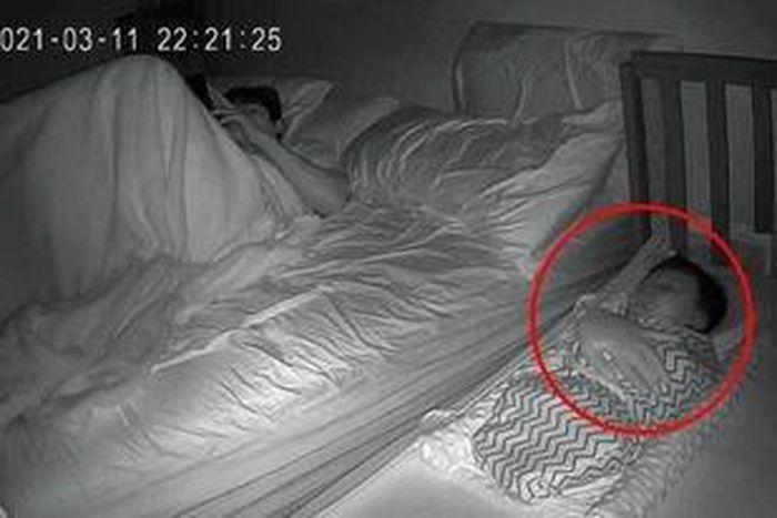 Nửa đêm nhìn camera thấy cảnh vợ ru con, chồng đứng hình mất mấy giây