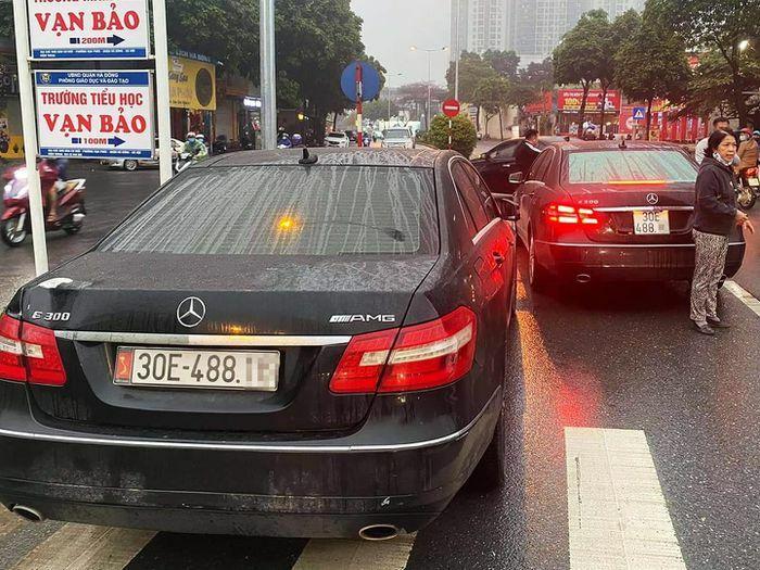 Công an xác minh vụ 2 xe Mercedes cùng biển số ở Hà Nội