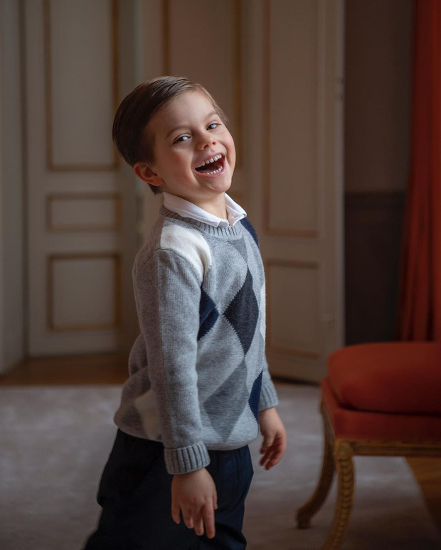Hoàng gia Thụy Điển chia sẻ hình ảnh dịp sinh nhật 5 tuổi con trai Thái tử, ai cũng phải xuýt xoa vì thần thái hơn người của những đứa trẻ kế vị