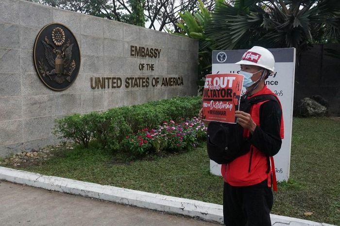"""Mỹ ra lệnh cho nhân viên ngoại giao """"không chủ chốt"""" rời Myanmar"""