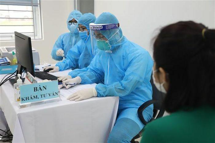 Một điều dưỡng ở Hà Nội sốt nhẹ sau khi tiêm vaccine COVID-19