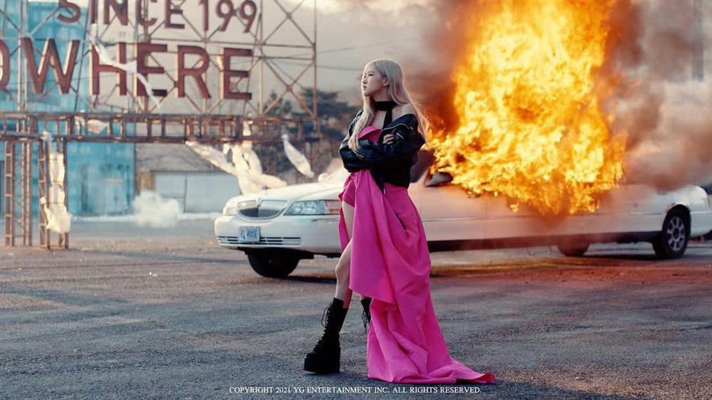 Bóc giá hàng hiệu BLACKPINK Rosé mặc trong MV 'On The Ground'