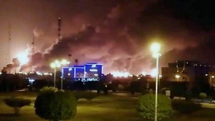 Vật thể bay lao thẳng cơ sở phân phối dầu ở Saudi Arabia, một bồn chứa bốc cháy dữ dội