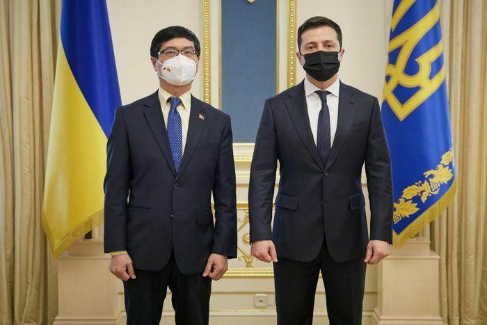 Đại sứ Nguyễn Hồng Thạch trình Ủy nhiệm thư lên Tổng thống Ukraine