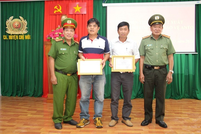 """Khen thưởng 2 """"hiệp sĩ"""" từ Bình Dương về Đồng Nai rình bắt kẻ trộm xe"""