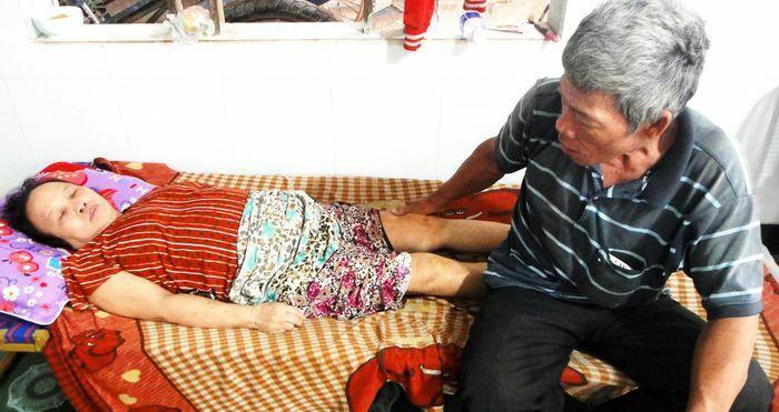 Vợ chồng già hái dừa thuê rơi vào khốn khó