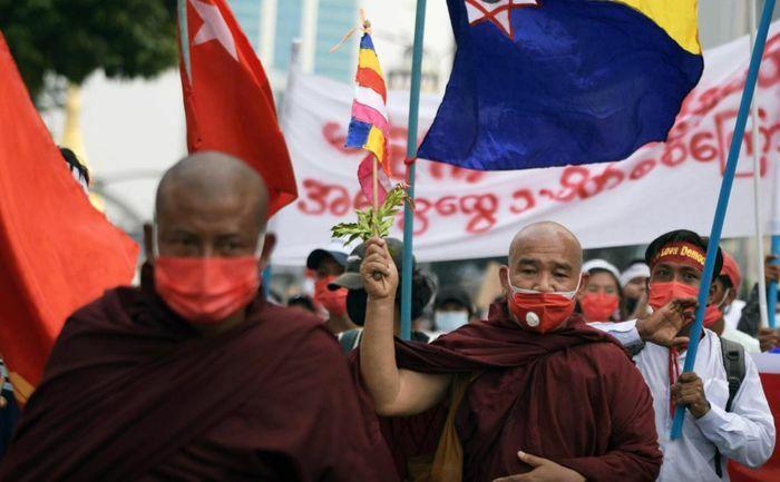 Tăng đoàn quyền lực nhất Myanmar chỉ trích quân đội