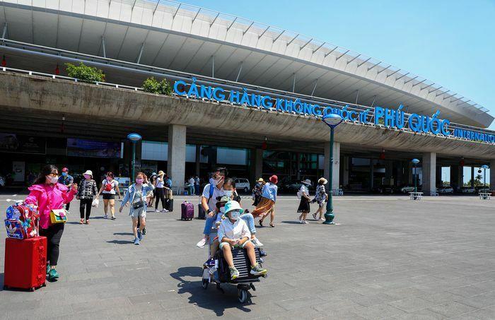 Bến tàu và sân bay Phú Quốc sôi động trở lại