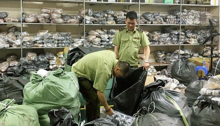 """Phát hiện cơ sở kinh doanh giày dép """"nhái"""" nhãn hiệu nổi tiếng tại Hà Nội"""
