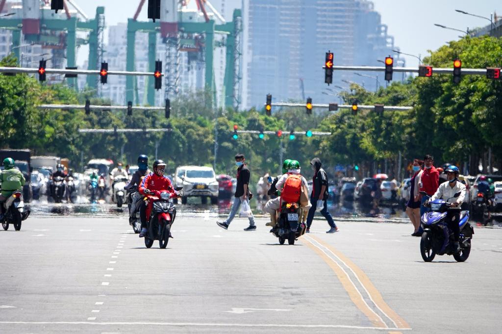 Cẩn thận khi sử dụng xe máy vào mùa nắng nóng