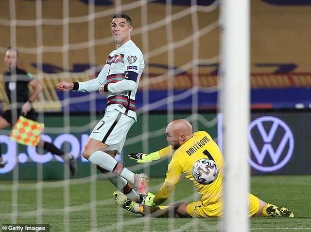 """C.Ronaldo tức giận với trọng tài vì bị """"cướp bàn thắng"""""""