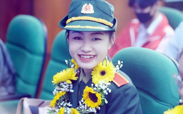 Nữ thủ lĩnh Đoàn năng động trong màu xanh áo lính