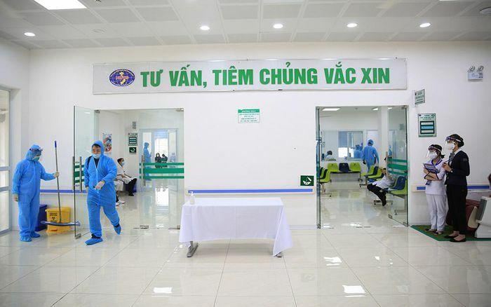 Những mũi tiêm vắc xin Covid-19 đầu tiên cho cán bộ, nhân viên y tế tuyến đầu chống dịch tại Hà Nội