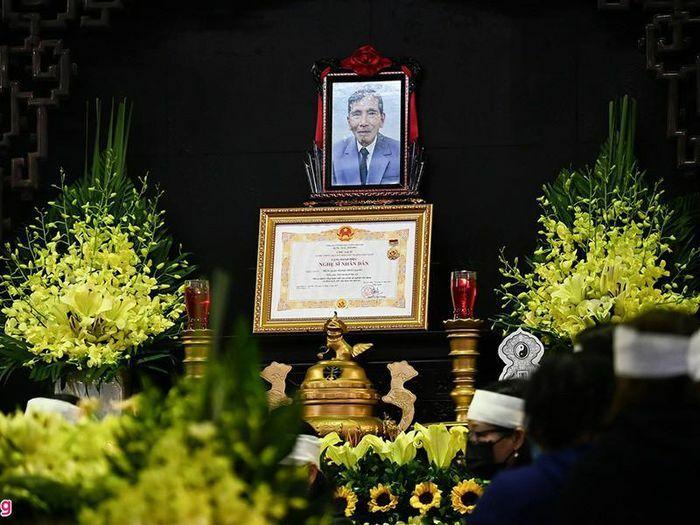 Người thân bật khóc, nghệ sĩ đau buồn trong đám tang NSND Trần Hạnh