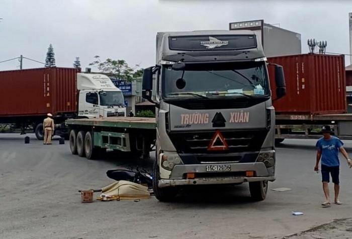 Va chạm với xe đầu kéo, tài xế xe máy tử vong tại chân cầu vượt Phú Xá