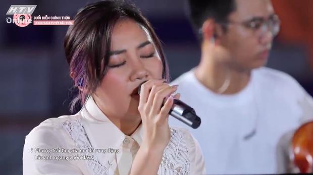 Thời gian có thể thay đổi mọi thứ nhưng độ lầy của Hòa Minzy thì không: Có cơ hội là tranh thủ xin bài để hát ngay!