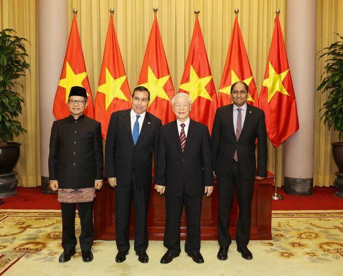 Tổng bí thư Nguyễn Phú Trọng tiếp các đại sứ đến trình quốc thư