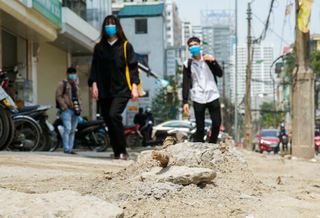 Những cột điện xiêu vẹo, đinh sắt lổn nhổn trên đường đang cải tạo trị giá 366 tỉ