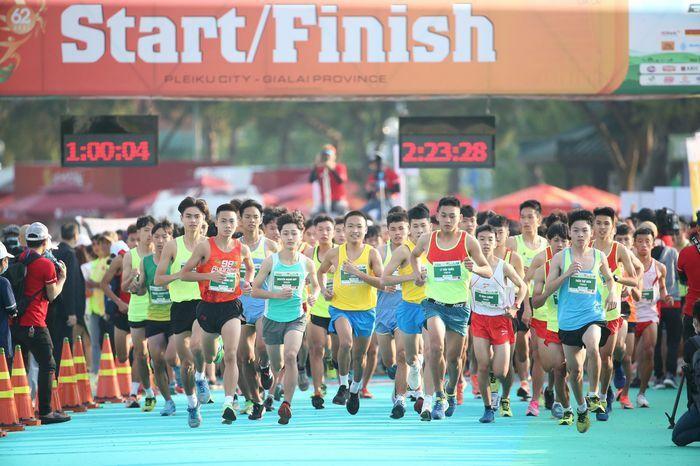 Những cái chạm tay tiếp sức trên đường đua Tiền Phong Marathon 2021