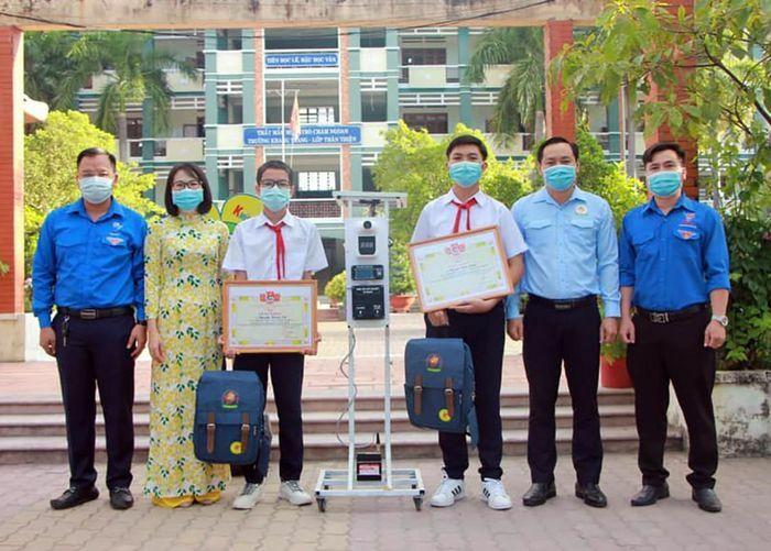"""Khen thưởng hai học sinh sáng chế thiết bị """"3 trong 1"""" phòng chống dịch"""