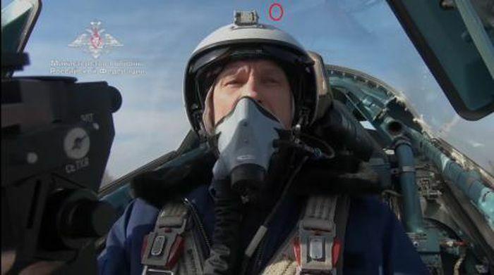 Phi công Su-57 nhìn xuyên máy bay với mũ mới