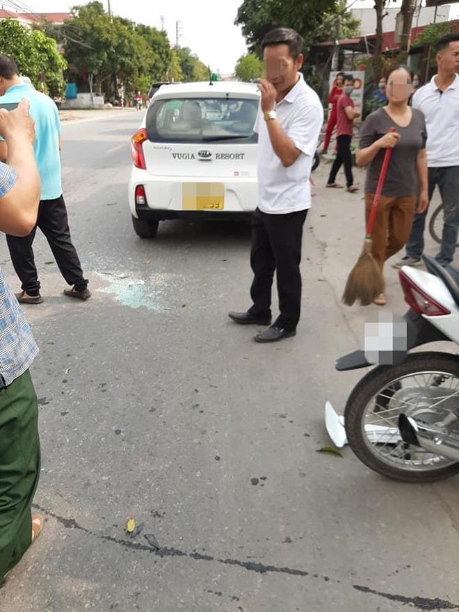 Đâm trúng taxi, xe máy gãy bánh trước, những hình ảnh ghi lại hiện trường khiến mọi người ám ảnh