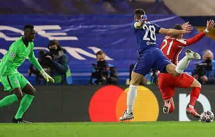 Atletico Madrid bị Chelsea loại tức tưởi, Simeone đổ lỗi cho trọng tài