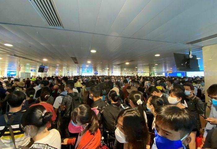 Hành khách nên đến sân bay Tân Sơn Nhất sớm hai tiếng trước chuyến bay