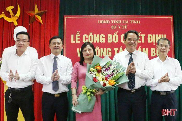 Trao quyết định giao Quyền Giám đốc Bệnh viện Y học cổ truyền Hà Tĩnh