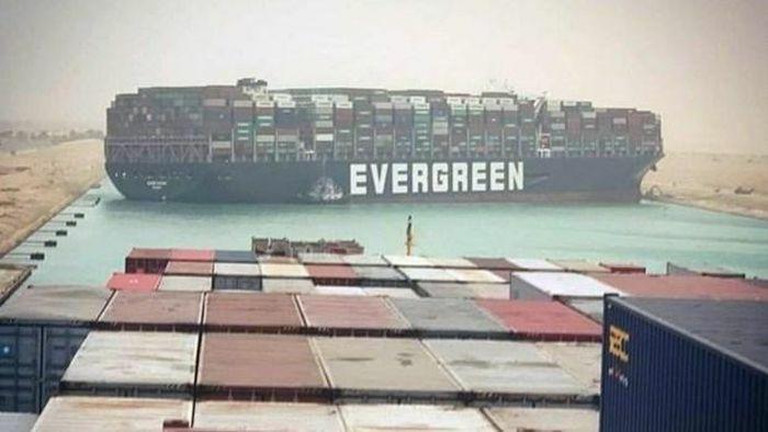 Container mắc cạn, xoay ngang trên kênh đào Suez khiến gần 10 tỷ USD hàng hóa tắc nghẽn nghiêm trọng