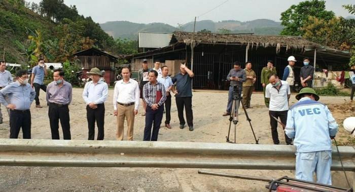 Chùm ảnh: Xử lý vi phạm tháo hộ lan trái phép trên cao tốc Nội Bài-Lào Cai