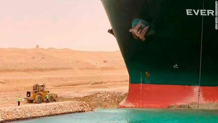 Tàu hàng lớn kẹt chắn ngang kênh đào Suez, giao thương tê liệt