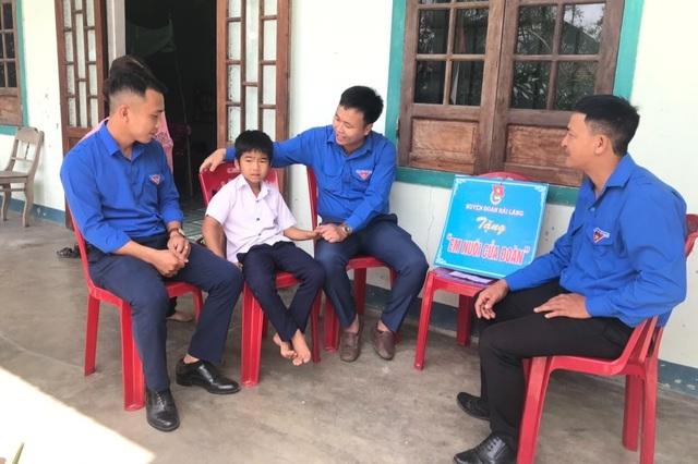 Đoàn thanh niên cưu mang trẻ em nghèo bất hạnh, nâng bước em đến trường