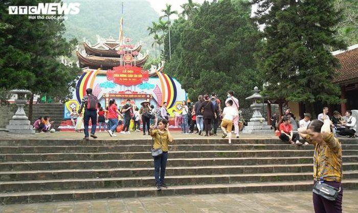 Nhiều du khách không đeo khẩu trang vô tư trẩy hội chùa Hương
