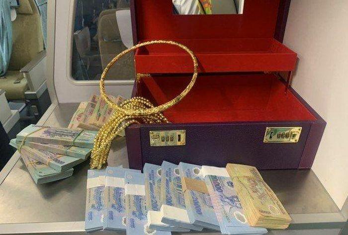 Nữ hành khách bỏ quên hơn 300 triệu và vòng vàng trên máy bay