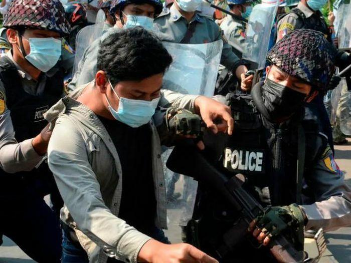 Myanmar: Hàng trăm cảnh sát biểu tình phản đối chính biến