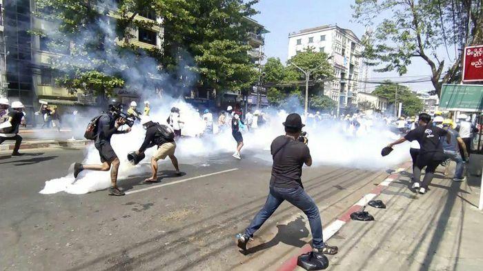 Dân Myanmar tiếp tục biểu tình sau ngày trấn áp khiến 18 người chết