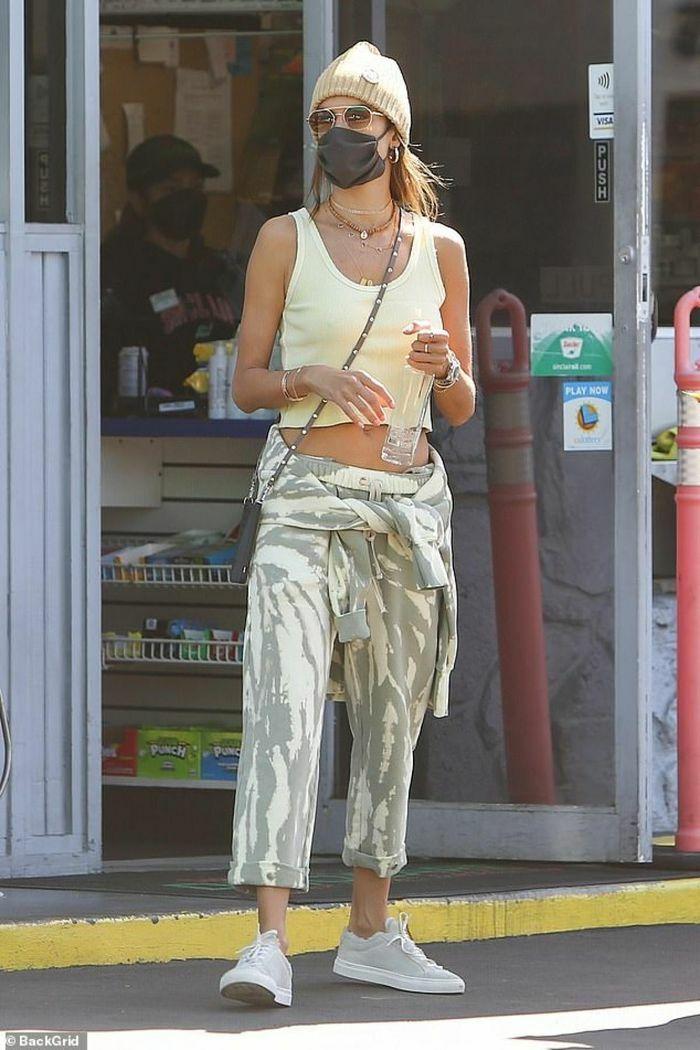 Alessandra Ambrosio diện đồ năng động, khoe eo gợi cảm ra phố