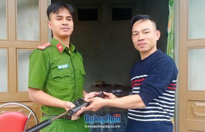 Công an huyện Trà Bồng: Vận động người dân giao nộp vũ khí, vật liệu nổ
