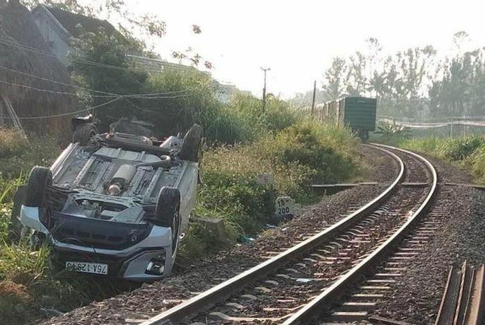 Chậm kéo gác chắn, 1 gia đình trên ô tô gặp nạn