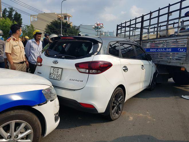 Thanh niên nghi ngáo đá, lái xe lạng lách, cầm dao cố thủ trong xe thách thức CSGT
