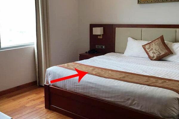 Dân mạng 'té ngửa' vì dùng sai mục đích tấm khăn trải cuối giường trong các khách sạn