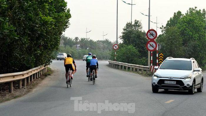 """Lạnh gáy cảnh """"đua"""" xe đạp, lái ba gác trên đại lộ Võ Nguyên Giáp"""