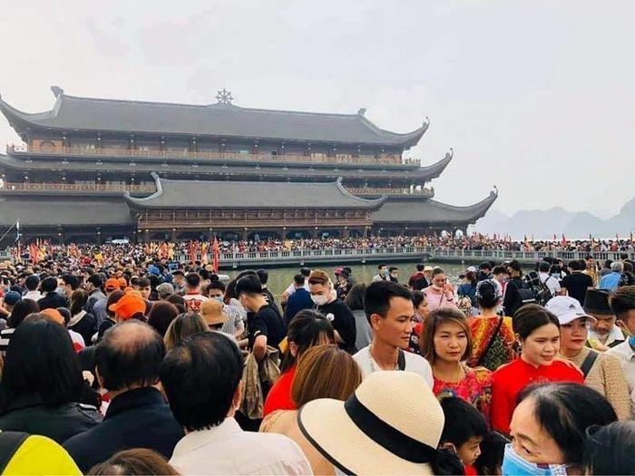 Biển người tại khu du lịch chùa Tam Chúc: Nguy cơ vỡ trận phòng dịch Covid-19